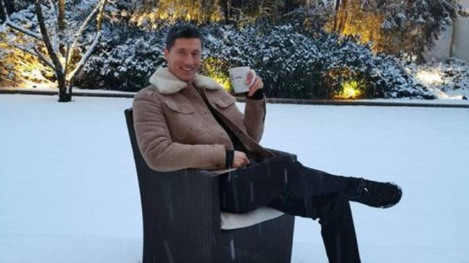 Robert Lewandowski, Joshua Kimmich und Leon Goretzka genießen den Schnee in München