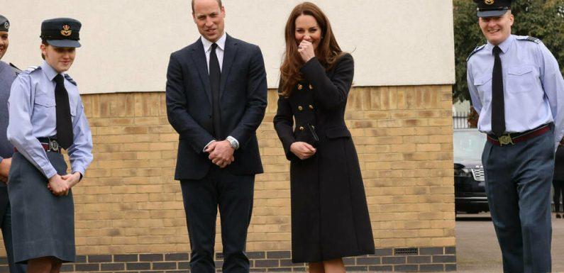 Herzogin Kate recycelt schwarzen D&G-Mantel