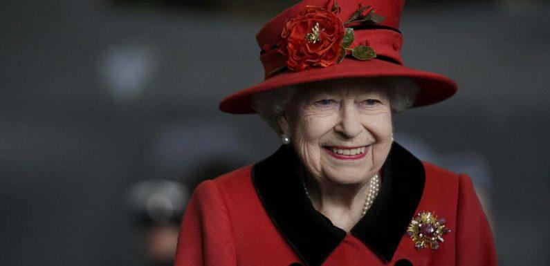 Queen Elizabeth II. inspiziert britischen Flugzeugträger