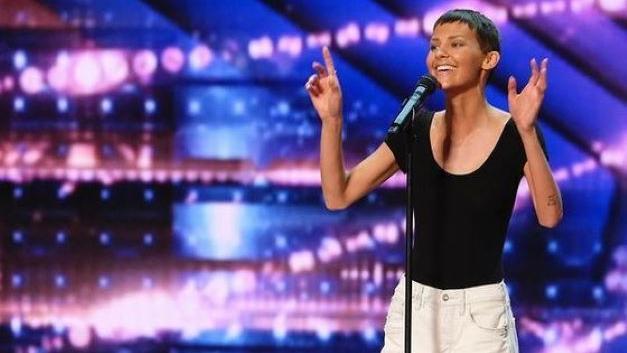 Krebs im Endstadium – Sängerin bekommt goldenen Buzzer für ihre bewegende Power-Performance