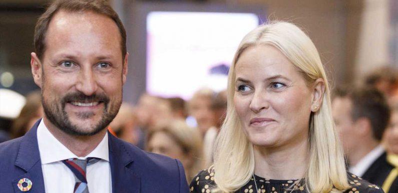 Norwegens Kronprinz Haakon und Mette-Marit haben Spaß bei Kajak-Tour