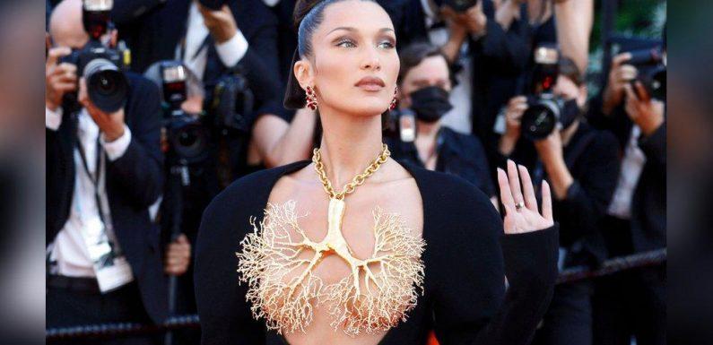 Bella Hadid bedeckt mit übergroßem Accessoire ihr nacktes Dekolleté