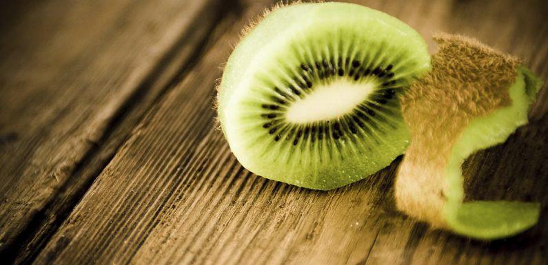 Kiwi schälen in nur 5 Sekunden – so geht's