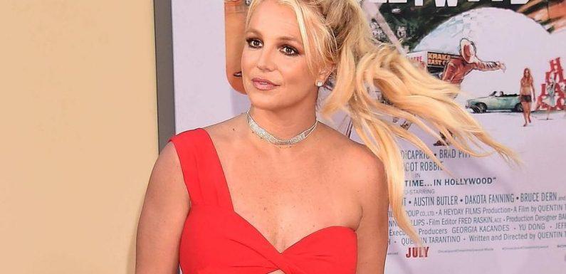 Britney Spears präsentiert sich nur in roten Stiefeln und Slip